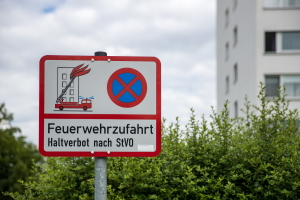 Die vom Bundesrat beschlossene StVO-Novelle sieht ein höheres Bußgeld für das Parken in einer Feuerwehrzufahrt vor.