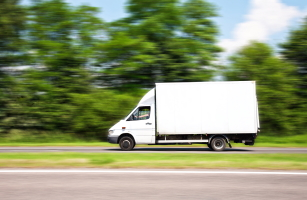Bundesrat: In der StVO-Novelle ist Schrittgeschwindigkeit für LKW beim Abbiegen innerhalb von Ortschaften vorgeschrieben.