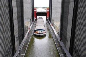 Das Bundeswasserstraßennetz umfasst auch Anlagen wie Schleusen und Hebewerke.