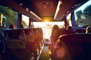 Ein Bus mit Anhänger ist vor allem bei viel Gepäck oder sperrigen Gegenständen nützlich.