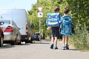 Besonders auf Kinder, sollten Sie beim Überholen von Bussen achten.