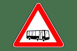 Beim Überholen eines Busses ist in jedem Fall Vorsicht geboten.