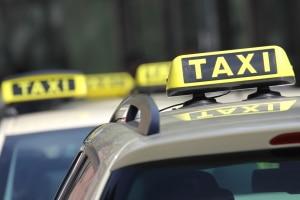 Auch Taxen müssen Busampeln beachten, wenn sie auf der Busspur unterwegs sind.