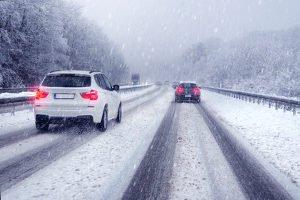 Ein Bußgeld im Winter droht nicht nur bei falschem Fahrverhalten.