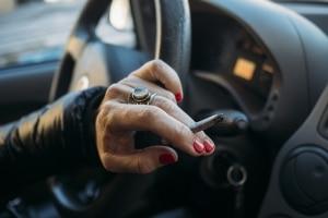 Hohes Bußgeld: Wer das Rauchverbot im Auto künftig missachtet, muss mit teuren Konsequenzen rechnen.