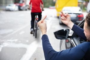 Kein Bußgeld: Überholen im Kreuzungsbereich ist auch Radfahrern erlaubt.