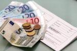 Bußgeldbescheid unter Geldscheinen und Münzen