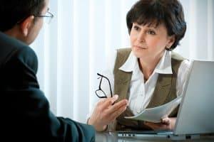Wenn Sie einen Bußgeldbescheid bekommen, weil Sie innerorts geblitzt wurden, können Sie mit Hilfe eines Anwalts Einspruch einlegen.