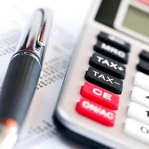 Der Bußgeldrechner enthält folgende Angaben aus dem Bußgeldkatalog: Höhe der Punkte in Flensburg, Bußgeld und Fahrverbot