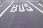 Viele Fahrer fragen sich, ob sie an einem Bussonderstreifen überholen dürfen.