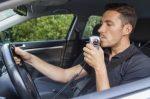 Ist ein Auto mit Alkolock ausgestattet, kann ein betrunkener Fahrer dieses nicht starten.