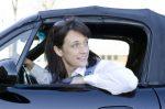 Damit die Autotür nicht gegen ein anderes Auto gerät, sollte immer ein Sicherheitsblick stattfinden.