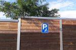 Ein Behindertenparkplatz ist an die Bedürfnisse von eingeschränkten Personen angepasst.