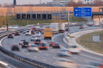 Bußgeld bei Missachtung: Rote gekreuzte Schrägbalken sind zu beachten, um die Verkehrssicherheit zu gewährleisten.