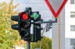 Einspruch gegen den Bußgeldbescheid: Eine rote Ampel mit Blitzer kann diesen erforderlich machen.