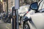 Für ein Elektroauto ist ein Parkplatz in der Regel mit einer Ladesäule ausgestattet.