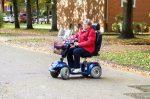 Ein Elektromobil für Gehbehinderte erleichtert die Fortbewegung.