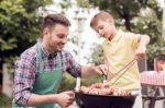 Bei Groß und Klein ist Grillen im Sommer beliebt. Werden die Regeln eingehalten steht dem Grillspaß nichts im Weg.