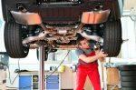 Für ein Gutachten wird der Gebrauchtwagen genau unter die Lupe genommen.