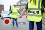 Durch die Absicherung des Schulweges trägt ein Schülerlotse zur Verbesserung der Verkehrssicherheit bei.