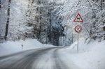 Auf spiegelglatten Straßen sollten Sie die Geschwindigkeit stark reduzieren