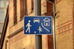Verkehrsberuhigter Bereich: Sie erkennen ihn daran, dass Kinder auf der Straße spielen dürfen.