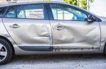 Bei einem Verkehrsunfall ohne Fremdschaden wird kein weiteres Fahrzeug in das Geschehen verwickelt.
