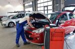 Nach dem Abgas-Skandal führt VW ein Software-Update bei den betroffenen Autos durch.