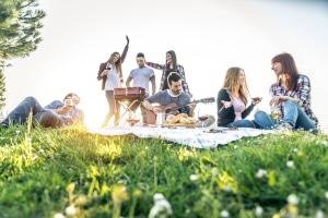 Corona-Bußgeldkatalog für Hamburg: Grillen und feiern im Park wird teuer.
