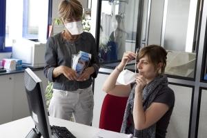 Corona-Regeln: Im Dezember ist die Maske meist auch am Arbeitsplatz Pflicht.