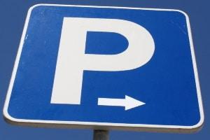 Eine dänische Parkscheibe erlaubt das Parken für eine bestimmte Zeit.