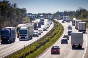Dänische Verkehrsschilder unter schieden sich z. B. auf der Autobahn nur minimal von den deutschen.