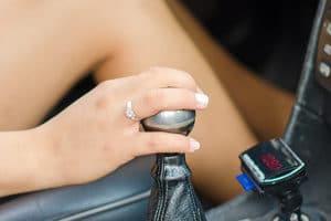 Darf ich barfuß Autofahren? Die StVO verbietet das Fahren ohne Schuhe nicht.