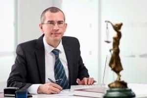Die DAS-Verkehrsrechtsschutzversicherung übernimmt unter anderem die Kosten für einen Anwalt.