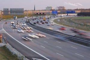 In der Debatte zum Tempolimit geht es um Klimaschutz, Verkehrssicherheit und Interessen der Automobilindustrie.