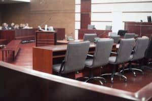 Eine Deckungsklage gegen die Versicherung findet in der Regel vor Gericht statt.