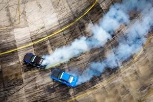 Laut Definition ist Driften ein Zustand der Kontrolle. Diese Art der Fahrzeugbeherrschung lässt sich erlernen.
