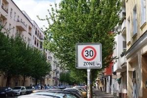 Nicht nur Diesel-Fahrverbote wurden in Berlin beschlossen, es sollen auch mehr Tempo-30-Zonen eingeführt werden.