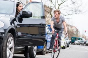 Dooring: Radfahrer stoßen mit plötzlich geöffneten Autotüren kollidieren.