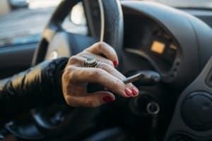 Wer unter Einfluss von Drogen am Steuer erwischt wird, dem können 9 Monate Fahrverbot drohen.