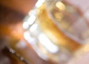 Beim Drogenscreening können die Kosten für eine Alkoholkontrolle von denen für einen Drogennachweis abweichen.