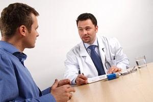 Ein Arzt kann MDMA im Blut nachweisen. Auch mittels Urin ist ein Drogentest für MDMA möglich.
