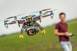 Eine Drohne benötigt eine Aufstiegserlaubnis, wenn sie mehr als fünf Kilogramm wiegt.