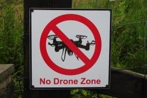 Wer eine Drohne gewerblich nutzen möchte, muss bestehende Flugverbote beachten.