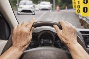 Dürfen Demenzkranke beim Autofahren noch selbst das Steuer in der Hand halten?