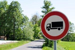 Die durchfahrt ist für die abgebildeten Fahrzeuge verboten.
