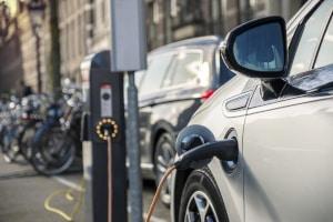 Der durchschnittliche Verbrauch eines Elektroautos wird pro 100 km in Kilowattstunden (kW/h) angegeben.