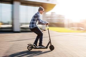 E-Scooter fahren: Auf dem Radweg ist dies erlaubt, der Bürgersteig darf hingegen nicht genutzt werden.
