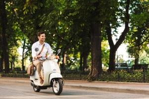 E-Scooter (Motorroller): Eine Mofa-Prüfbescheinigung ist mindestens erforderlich, bei bis zu 45 km/h Klasse AM.
