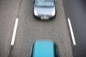 Ein Autounfall in Frankfurt wird oft durch einen zu geringen Sicherheitsabstand ausgelöst.